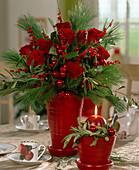 Strauß aus Rosenblüten, Ilexzweigen, Picea / Seidenkiefer