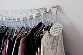 Kleidung auf Bügeln an einer aufgehängten Kette mit Wimpelkette