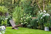 Idyllischer Garten mit Blumenbeet und Rasenfläche