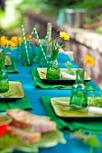 Festlich gedeckter Tisch in Blau und Grün im Freien