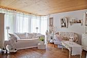 Wohnzimmer mit zwei Sofas und Holzpferd in Shabby Stil