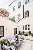 Sitzplatz auf einer Terrasse am Haus mit Bogenfenstern