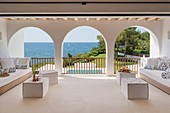 Mediterrane Loggia mit Arkaden und Blick aufs Meer
