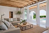 Mediterranes Wohnzimmer mit Blick durch die Arkaden nach draußen
