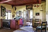 Küche mit Vintage Flair und Blick in Esszimmer