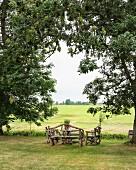 Rustikale Gartenbänke auf Wiese, Blick auf friesische Landschaft