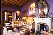 Kassettendecke und violette Wände in Schloss mit Stilmöbeln und offenem Kamin