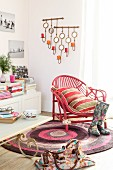 alter rattansessel mit pinker farbe auf einem runden teppich. Black Bedroom Furniture Sets. Home Design Ideas