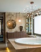 Edles Badezimmer mit Vintage Wand, rundem Wandspiegel und Whirlpool