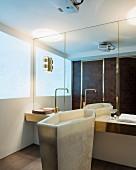 Edles Bad mit Marmor-Standwaschbecken und Spiegelwand