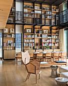 Wohnraum im Architektenhaus mit doppelter Raumhöhe und Galerie