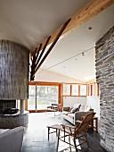Wohnzimmer mit moderner Architektur und Natursteinwänden
