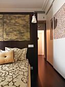 Kunst im Schlafzimmer mit offenem Durchgang