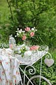 Romantische Deko mit weißen und rosafarbenen Blumen