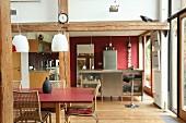 Offene Küche mit rustikalen Balken