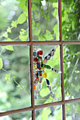 Mit Perlenmosaik dekoriertes Fensterglas