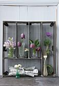 Aufgestellter Metall-Besteckkasten mit verschiedenen Frühlingsblumen dekoriert