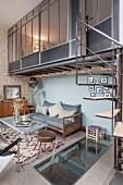 Wohnzimmer in einem Industrieloft mit Wendeltreppe zum Mezzanin