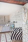 Schlafzimmer mit orientalischem Flair und Natursteinwänden