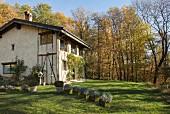 Fachwerk-Hausecke mit Kletterrosen am Eingang in Herbststimmung
