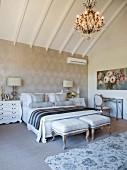 Glamouröses Schlafzimmer im französichen Stil unterm Dach