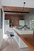 weiße Küche mit Hochglanzfronten, Backsteinwand und Gewölbe