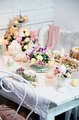 Romantisch gedeckter Ostertisch mit zarten Blüten und Kerzenlicht