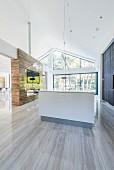 Offenes Wohnen im modernen Architektenhaus mit Steinboden