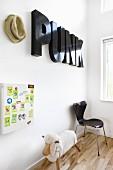 Dekobuchstaben an der Wand über einem Schaukelschaf und Stuhl