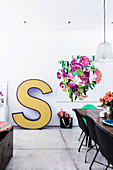 Large format letter and flower picture on the wall in the dining area