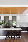 Modern kitchen with dark and white fronts and kitchen island