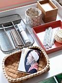 Arrangement von verschiedenen Aufbewahrungsbehälter auf weißer Tischplatte