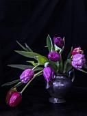 Tulpen in Zinnkanne