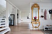 Barocker Goldrahmenspiegel und Konsolentisch im Eingangsbereich