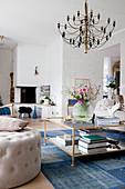 Elegantes Wohnzimmer in Blau und Weiß