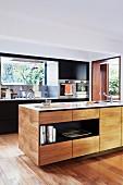 Elegante Kücheninsel in offener Küche