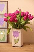Tulpenstrauss in Blumenvase mit DIY-Husse