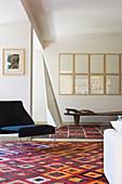 Designerstuhl auf gemustertem Teppich im Architektenhaus