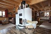 Offener Wohnraum mit gemauertem Kamin in einer Holzhütte