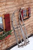 Rustikaler Holzschnitten an der Fassade einer Holzhütte