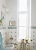 Badezimmer mit nostalgischen Wandfliesen in Altbauwohnung
