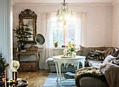 Weihnachtlich dekoriertes Wohnzimmer in Braun und Weiß