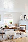 Rustikaler Couchtisch im weißen Wohnzimmer mit Holzdecke