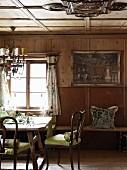 Holzvertäfelte Stube mit antiken Möbeln