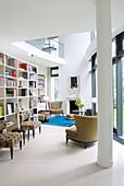 Offene Bibliothek im modernen Architektenhaus mit Galerie