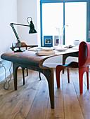 Futuristisch geformter Schreibtisch aus Holz und roter Stuhl