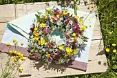 Zarter Kranz aus Wiesenkerbel, Hahnenfuss und Kuckuskblumen