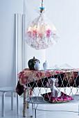 Kronleuchter in bestickter Seide über Esstisch mit Deckelvasen auf Blumentischdecke