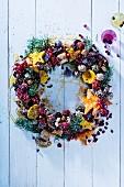 Weihnachtskranz mit Keksen und Beeren