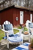Liegestuhl mit blau-weissen Accessoires auf der Terrasse